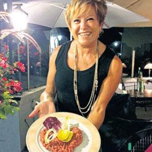 Ivana Rodrigues présente, heureuse, son tartare.